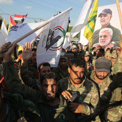 Qasem Suleimanin kuolema kuohuttaa myös Bagdadissa. Puolisotilaallisen Hashed al-Shaabi -ryhmittymän jäsenet osoittavat mieltään Yhdysvaltoja vastaan 6. tammikuuta 2020.