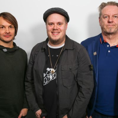 Levylautakunnan viikon 2 vieraat: Vasemmalla Mikko Ilmari, keskellä Samuli Sirviö ja oikealla Josper Knutas.