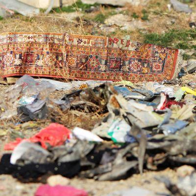 En söndrig matta och andra delar som blev kvar efter att ett ukrainskt flygplan sköts ner i Iran.