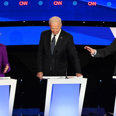 Elizabeth Warren (vas.), Joe Biden (kesk.) ja Bernie Sanders (oik.) kuvattunna vaaliväittelyn aikana Des Moinesissa, Iowassa, 14. tammikuuta.