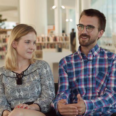 Karin Cederlöf till vänster och Theo Levlin till höger sitter i biblioteket Ode.