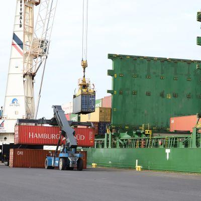 Fartyg lastas i hamnen i Ajos.