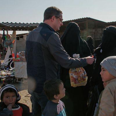 Antti Kuronen intervjuar en kvinna i al-Hol.