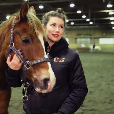 Lisa Nielsson hevosen kanssa Haaparannan ratsastustallilla.