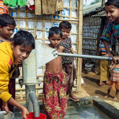 Rohinjalapsia vedenhakupuuhissa pakolaisleirillä Bangladeshissä 9. helmikuuta 2018.
