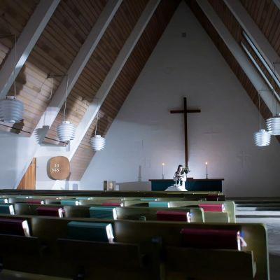 Arkku ja pappi muutoin tyhjässä kappelissa