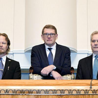 Toinen varapuhemies Juho Eerola (ps.), eduskunnan puhemies Matti Vanhanen ( kesk.) ja varapuhemies Antti Rinne (sdp) vaalin jälkeen eduskunnassa 4. helmikuuta.