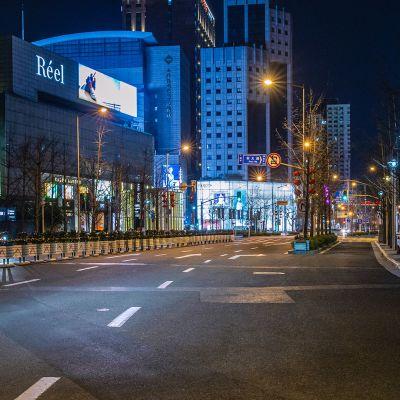 Shanghain suurkaupunki tyhjillään illansuussa 4.2.2020.