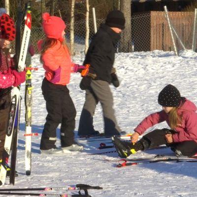 Hyllykallion koulun ekaluokkalaisilla on hiihtoa koko viikko.
