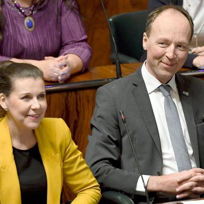 Kansanedustajat Arja Juvonen ja Jussi Halla-aho (ps.) eduskunnan suullisella kyselytunnilla 6. helmikuuta