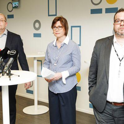 Teollisuusliiton pj. Riku Aalto, Kemianteollisuuden työmarkkinajohtaja Minna Etu-Seppälä ja Teollisuusliiton sektorijohtaja Toni Laiho kertoivat torstaina kemian alan uudesta työehtosopimuksesta.