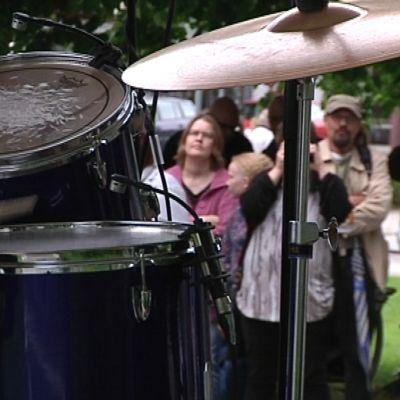 Rumpali ja yleisö.