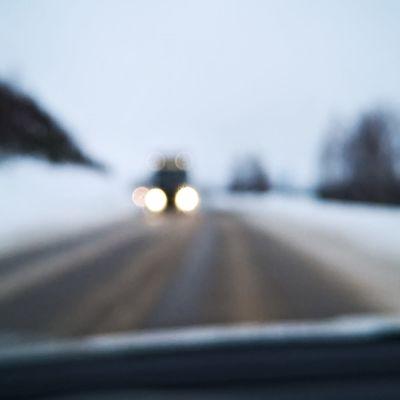 Rekka-auto ajaa valtatiellä.