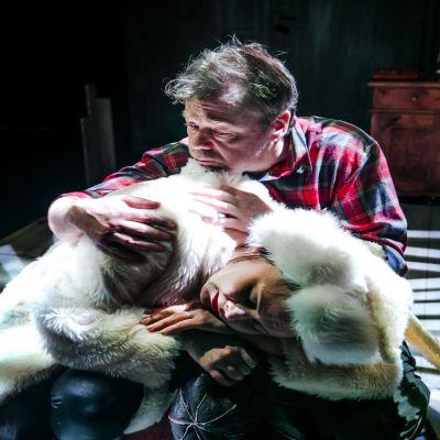 Jäniksen vuosi on komedia, mutta se sisältää herkkiä, melankolisiakin hetkiä. Päähenkilö Vatasen sylissä lepää Vatasen elämän suunnan kääntänyt jänis.