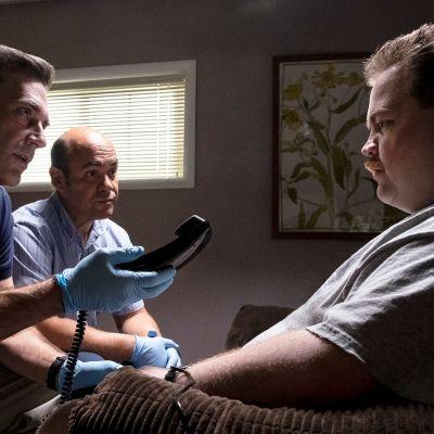 FBI-agentit Tom Shaw (Jon Hamm) ja Dan Bennett (Ian Gomez) hiostavat Richard Jewellia (Paul Walter Hauser) Centennial Park -puiston pommitukseen liittyen.