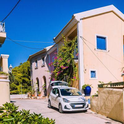 Auto Völimerellisen talon edessä.