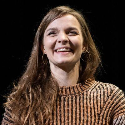 Hildur Guðnadóttir hymyilee