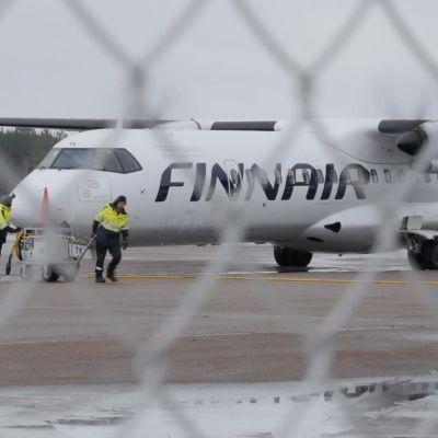 Finnairin lentokone Kajaanin lentoasemalla
