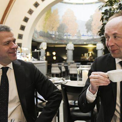 Kokoomuksen puheenjohtaja Petteri Orpo ja Perussuomalaisten puheenjohtaja Jussi Halla-aho Politiikan toimittajien tilaisuudessa.
