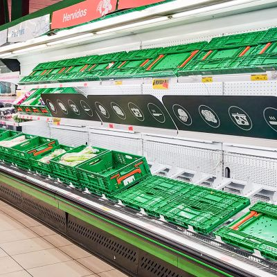 Tyhjiä hyllyjä ruokakaupassa Madridissa 10. maaliskuuta.