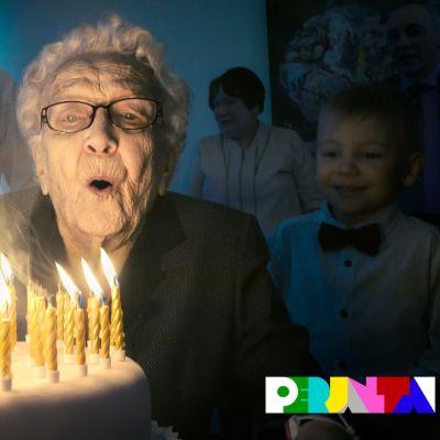 Anna Perälä puhaltaa kynttilät sammuksiin.
