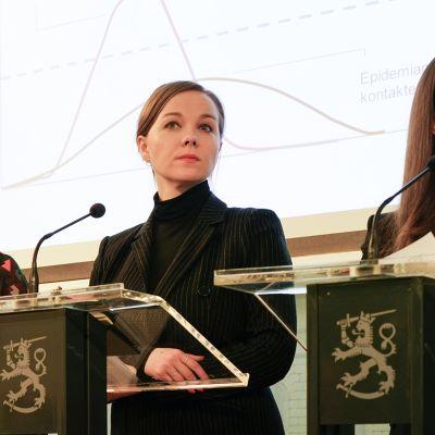 Li Andersson, Katri Kulmuni ja  Sanna Marin hallituksen infotilaisuudessa 16. maaliskuuta.