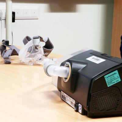 CPAP-laitteen osat ovat kompressori ja kasvoille asetettava hengityslaite.