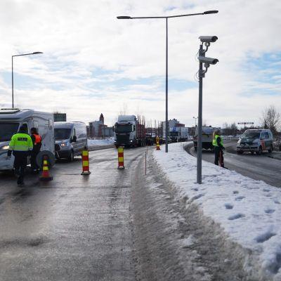 Autoja pysäytetään Suomen ja Ruotsin rajalla Torniossa.
