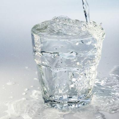 Vesilasi johon tulee vettä kraanasta.