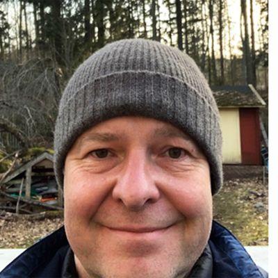 Kapellimestari Sakari Oramo kotipihalla Espoossa maaliskuussa 2020.