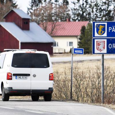 Poliisipartio tiellä 167 Päijät-Hämeen ja Uudenmaan maakuntarajalla Orimattilan ja Myrskylän kuntarajalla 25. maaliskuuta 2020. Hallitus jatkaa Uudenmaan alueen liikkumisrajoituksen valmistelua.