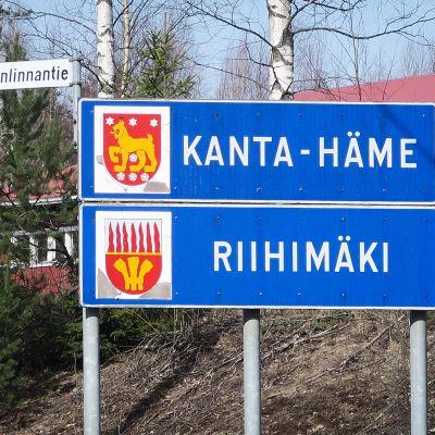 Kanta-Häme ja Riihimäki kyltit.