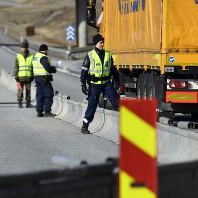 Poliisin tiedotustilaisuus rajavalvontapisteeltä