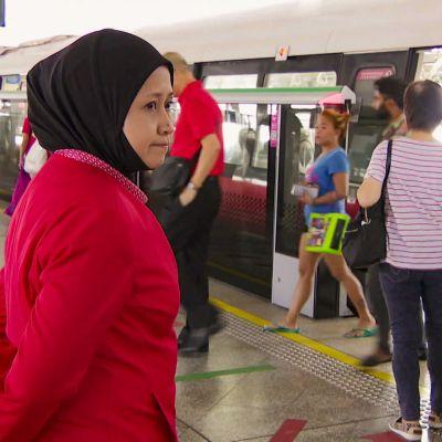 Nainen metroasemalla