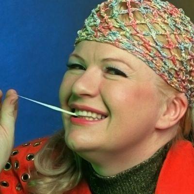Radio Suomen toimittaja syö purukumia.