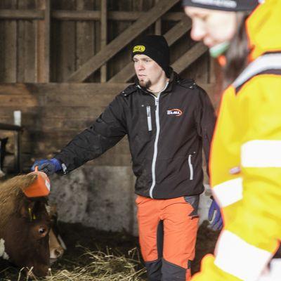Sami Sutinen ja Katri Salovaara ovat hoitaneet Pelto-Mattilan tilaa Hausjärvellä vuodesta 2019. He ovat tilan kolmas omistajapolvi.