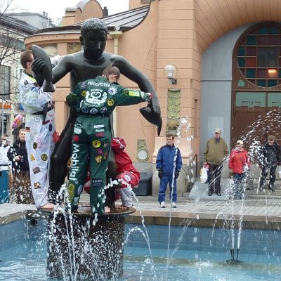 Savolainen osakunta pesee Velj'mies -patsasta vappuna 2010.