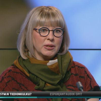 Sosiaali- ja terveysministeri Aino-Kaisa Pekonen (vas.) Ylen A-studiossa.