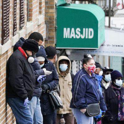 Ihmisiä jonottamassa koronavirustestiin New Yorkissa 20. huhtikuuta.