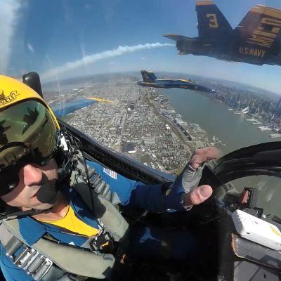 Hyppää Hornetin kyytiin New Yorkin ylle  ja kuuntele palomiehen rouhea kitaraversio kansallislaulusta