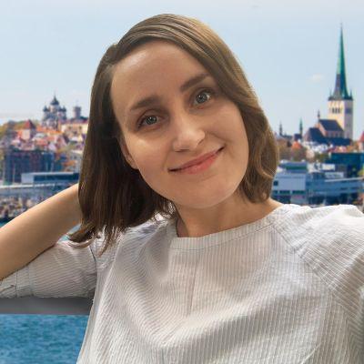 Kuvassa Silja Massa, taustalla Tallinna.