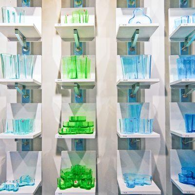 Iitalan tuotteita kuten Aalto maljakkoja hyllyillä.