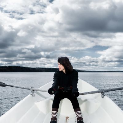 Näyttelijä Mimosa Willamo soutaa Lohjanjärvellä.