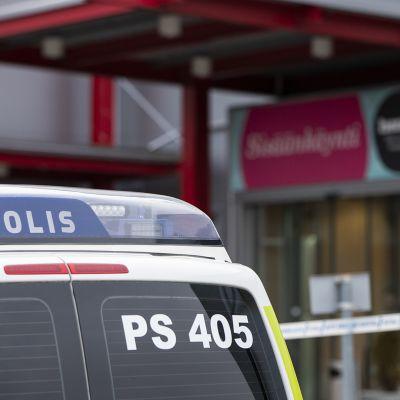 Bild på polisfordon bakifrån. Bilen står framför en byggnad. Byggnaden är köpcentret Hermanni i Kuopio.