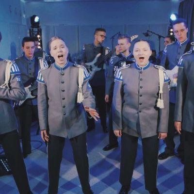 Puolustusvoimien varusmiessoittokunta esiintymässä musiikkivideolla.