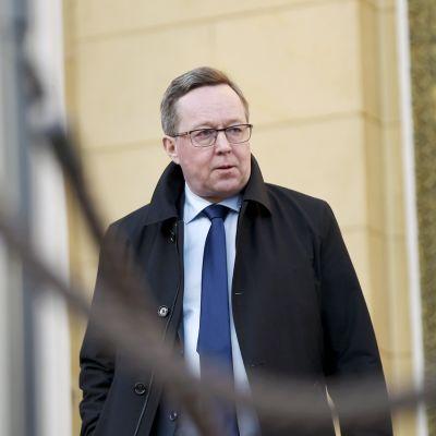 linkeniministeri Mika Lintilä (kesk.) poistuu Säätytalolta Helsingissä 13. toukokuuta