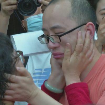 34-vuotias kiinalaismies tapasi perheensä, 32 vuoden jälkeen