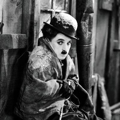 Charles Chaplin värjöttelee kylmässä mökissä elokuvassa Kultakuume.