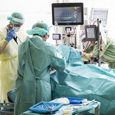 Koronavirus potilasta operoidaan hänen henkensä salpauduttua kokonaan.