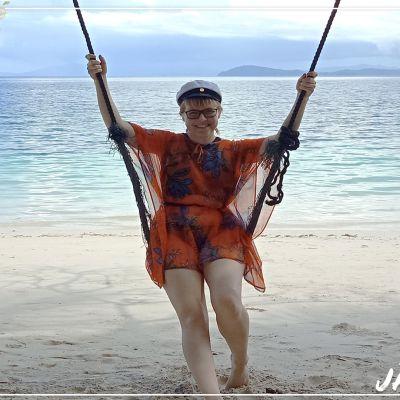 Alina Karvonen rannalla Kaakkois-Aasiassa.